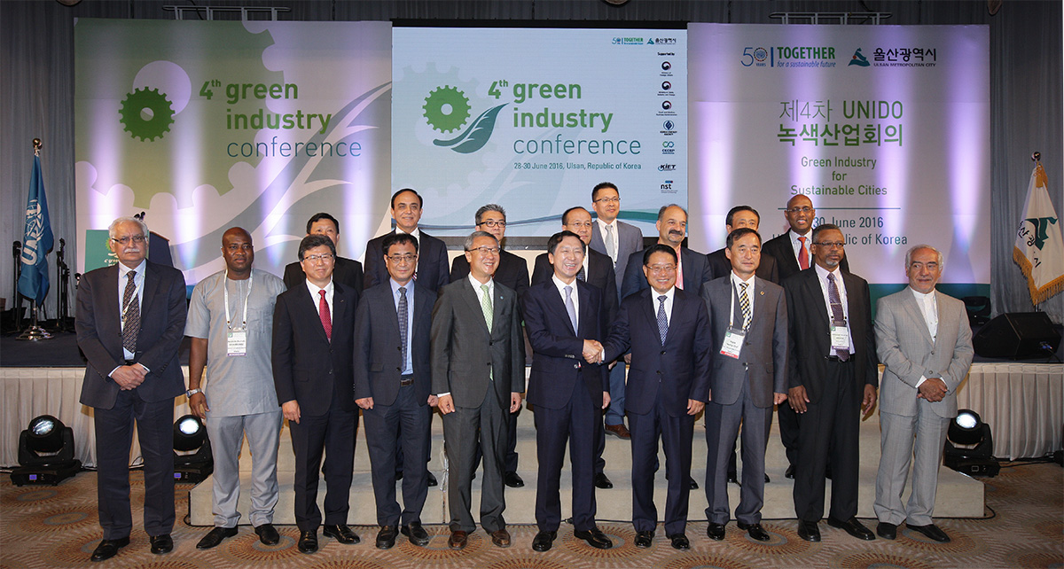 UNIDO Director General LI Yong and Ulsan Mayor Kim Gi-hyeon pose with other participants during the opening ceremony of the 4th Green Industry Conference in Ulsan, Republic of Korea.