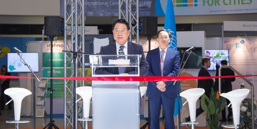 "Mr. LI Yong, Director General of UNIDO and Mr. WU Zhong, Vice-President and Director General of FCSSC, at the official opening of the 2nd ""BRIDGE for Cities"" exhibition."